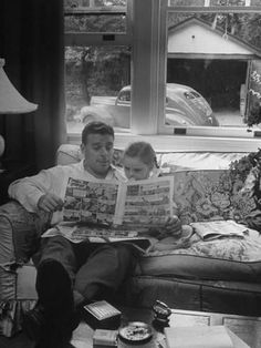 Photographic Print: Father Sitting on Couch with Pigtailled Daughter Reading to Her the Sunday Comic Pages by Nina Leen : Vintage Pictures, Old Pictures, Old Photos, Retro Images, Sigmund Freud, Film Movie, People Reading, Bd Comics, Classic Comics