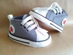 Ideas for baby shoes fondant converse sneakers Torta Baby Shower, Baby Shower Cakes For Boys, Baby Boy Cakes, Baby Boy Shower, Fondant Baby Shoes, Fondant Bow, Fondant Tutorial, Fondant Flowers, Fondant Cakes