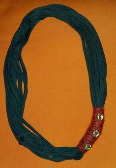 Collana @gallipot realizzata con fettuccia blu, lana bordeaux e piccoli punti luce