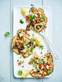 Een overheerlijke geroosterde bloemkool met groentjes en pikante salsa , die maak je met dit recept. Smakelijk!