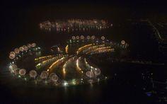 Fogos de artifício são lançados na festa de Ano Novo em Dubai, que quer marcar o recorde de maior exibição de fogos de artifício