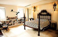 ポルトガル製のベッド。棚にはアフリカのホピ・カチナの人形コレクションが並ぶ。 Celebrity Houses, House Beds, Beautiful Homes, With, Bedroom, Interior, Furniture, Lifestyle, Home Decor