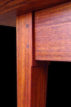 Le tenon chevillé en tension. Sans doute l'assemblage le plus durable qui soit. À moins de briser le bois, il est simplement impossible de le séparer. www.julienhardydesign.com