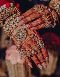 Indian Bridal Jewelry Sets, Indian Jewelry Earrings, Bridal Bangles, Jewelry Design Earrings, Indian Jewellery Design, Bridal Jewellery, Jewelery, Indian Nail Art, Indian Nails