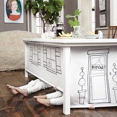 Rolgordijnen onder aan je tafel vastmaken. Daarop zelf tekeningen maken voor de kids!