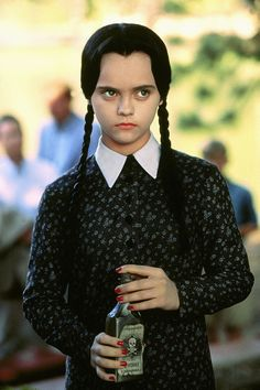 Christina Ricci als Wednesday Addams - tolle Idee für Halloween Kostüm Adams Family Kostüm, The Addams Family, Addams Family Costumes, Addams Family Values, Addams Family Wednesday, Addams Family Characters, Christina Ricci, Christina Aguilera, Amazing Halloween Costumes
