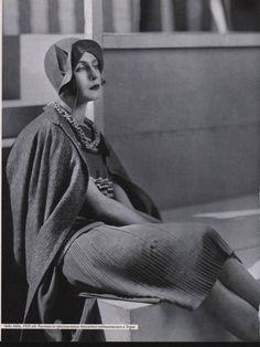 Lady Abdy in Molyneux Outfit, 1928 © Condé Nast Archive/Corbis 20s Fashion, White Fashion, Fashion History, Vintage Fashion, 1920s Outfits, Vintage Outfits, Suzy, Molyneux, Caroline Reboux