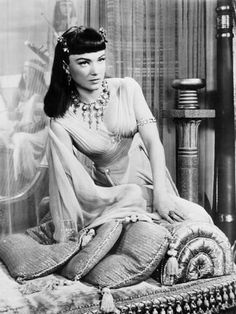 Anne Baxter as Queen Nefertari in Cecil B DeMille's The Ten Commandments jewelry by Joseff of Hollywood Old Hollywood Movies, Old Hollywood Glamour, Golden Age Of Hollywood, Vintage Glamour, Vintage Hollywood, Hollywood Stars, Classic Hollywood, Hollywood Jewelry, Retro Vintage
