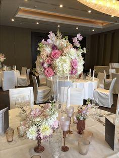 Tischdeko Hochzeit mit großer Vase in der Tischmitte
