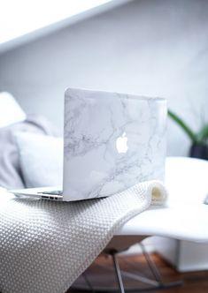 Ordinateur avec une coque en marbre, Marble #blanc #blanccomm #blanccommunications @blanccomm