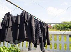 Conservez et ravivez le noir du linge avec un seul ingrédient culinairenoté 3.3 - 79 votes Il parait que «noir c'est noir, il n'y a plus d'espoir». Vous avez peut-être une vision différente qui serait que quand c'est n'est plus noir, il n'y a plus d'espoir. En effet, les vêtements noirs sont particulièrement seyantset élégants. … More Small Room Bedroom, Diy Cleaning Products, Wardrobe Rack, Household, Couture, Clothes, Collection, Home Decor, Laundry