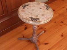 Recykling.Fragment starego kwietnika,kawałek szpuli od kabli,kawałek sklejki.Zdobienie decoupage.Tak powstał mój osobisty stolik kawowy.