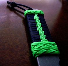 Learn how to make cool paracord knife handle wrap patterns and designs with step-by-step instructions to guide beginners perfectly. Paracord Knife Handle, Diy Knife Handle, Knife Handles, Paracord Knots, Paracord Bracelets, Paracord Braids, Rope Knots, 550 Paracord, Homemade Tools