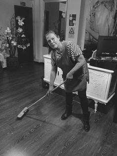 Esta foto foi tirada a uma senhora de limpeza de uma loja de roupa.Como pode-mos constatar encontrasse a limpar o chão dessa mesma loja. Quanto ao seu vestuário usa um avental e cabelo apanhado.