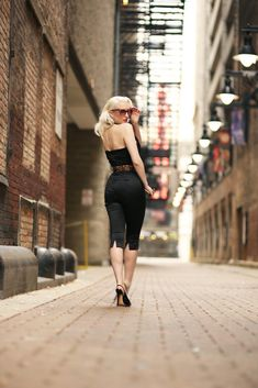 Like a cat lurking in city alleys. The staple for all who love a bad girl bombshell look, is definitely the Femme Fatale Catsuit f. Rockabilly Looks, Rockabilly Fashion, Retro Fashion, Vintage Fashion, Rockabilly Girls, High Fashion, Pin Up Photography, Glamour Photography, Fashion Photography