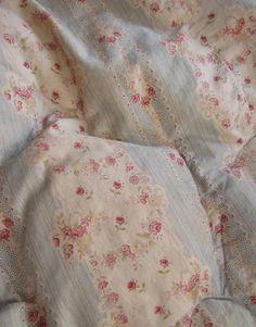 Aintique vintage eiderdown French Quilt Textile Trunk Trouvais