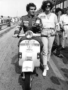 Alain Prost. O super-piloto, campeão de F-1, Alain Prost, posando com uma Vespa durante treinos da categoria. Década de 1980.