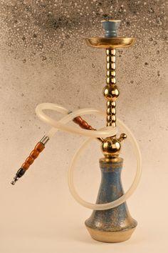 Váza. Má vlastní tvorba. bílá kamenina pálena v elektrické peci na 1260 °C. Glazura je modrá se žlutými krystalky.