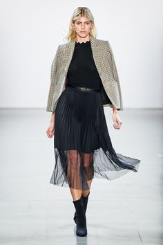 "prada-milahno: ""Elie Tahari Fall 2019 Ready-to-wear "" Bonjour, nous sommes Katarina et Violeta. Elie Tahari, Vogue Paris, Black Shearling Coat, Runway Fashion, Womens Fashion, Fashion Trends, Vogue Fashion, Fashion 2020, Prada"