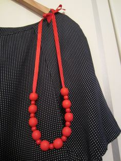 Tee-se-itse-naisen sisustusblogi: Necklace Out Of Wooden Pearls And Satin Band