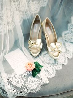 Classic Gold Bow Shoes | Melanie Nedelko Photography | The Best Bridal Accessories of 2015! http://heyweddinglady.com/best-bridal-accessories-2015/