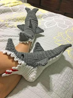Crochet Diy, Crochet Shark, Mode Crochet, Diy Crochet Projects, Crochet Crafts, Knitting Projects, Thread Crochet, Shark Slippers, Shark Socks