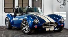 La Shelby Cobra renaît grâce à l'impression 3D. Comme pour la Strati, les ingénieurs ont eu recours à la BAAM (Big Area Additive Manufacturing), imprimante 3D XXL développée par Cincinnati Incorporated et ORNL, qui dépose des couches issues d'un mélange de carbone et d'ABS au rythme de 18kg/h. ||| Voir également : http://www.tm4.com/fr/nouvelles-et-evenements/tm4-fournit-le-systeme-de-motorisation-electrique-pour-la-shelby-cobra…