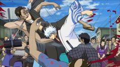 Gintama.Shinpachi Shimura conoce a un samurái de nombre Gintoki Sakata. Su admiración por él hace que Shinpachi se convierta en su aprendiz para ayudarle a pagar la renta a fin de mes. 'Gintama' parodia en primer término las historias de samuráis para adolescentes y sustituye la entrada de los extranjeros en Japón y la posterior prohibición de portar armas, con la llegada de los extraterrestes. Este anime hace gala de un gran humor absudo, algunas veces escatológico que no ovida los recursos…