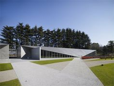21 21 Design Sight Museum - Tokyo by Tadao Ando. SW of city Tokyo Architecture, Minimalist Architecture, Japanese Architecture, Architecture Design, Famous Architecture, Landscape Architecture, Tadao Ando, Unusual Buildings, Modern Buildings