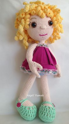 Hermosa muñeca realizada en técnica amigurumi.