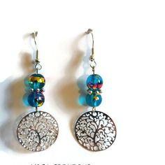 Boucles d'oreilles en perles de verre bleues turquoises reflets dorés et fushia et breloque ronde argentée