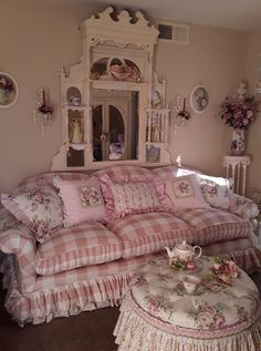 Shabby Chic Interior Design Ideas For Your Home Shabby Chic Sofa, Muebles Shabby Chic, Romantic Shabby Chic, Shabby Chic Living Room, Shabby Chic Interiors, Romantic Homes, Shabby Chic Homes, Shabby Chic Style, Elegant Homes