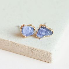 Fashion Tips Jewelry Raw tanzanite gemstones are encased in textured gold and these tanzanite stud earrings.Fashion Tips Jewelry Raw tanzanite gemstones are encased in textured gold and these tanzanite stud earrings Heart Jewelry, Crystal Jewelry, Crystal Earrings, Gemstone Jewelry, Fine Jewelry, Gold Jewelry, Vintage Jewellery, Luxury Jewelry, Antique Jewelry