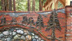 interessante Gartenmauer aus roten ziegeln und Natursteinen via piersonmasonry