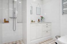 Platsbyggt badrumsskåp av Sven Snickare, en lägenhet till salu på Alvhem mäkleri.