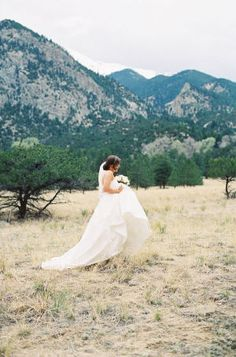 I just love me a good outdoor mountain wedding. Maybe it's the Thoreau lover inside of me that gets all giddy when couples head to the great outdoors to profess their love and celebrate under big, old trees and mountain