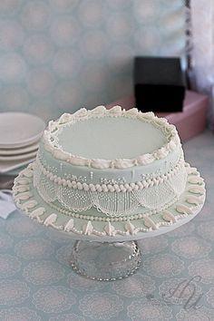 De regreso estos hermosos trabajos... Royal Icing String work cake ~ Very pretty