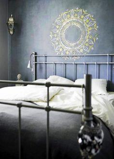 Роспись стен в интерьере (54 фото): оригинальный декор для квартиры http://happymodern.ru/rospis-sten-v-interere-53-foto-originalnyj-dekor-dlya-kvartiry/ Рисунок красками у изголовья кровати