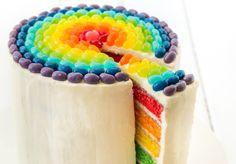 Wil je weten hoe je een regenboogtaart moet maken? Hier is het recept voor de taart en de topping. Het is altijd een feest om zo'n taart op tafel te zetten!