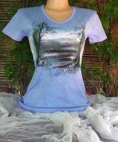 Odraz modrého nebe, malované tričko XL Ručně malované a batikované dámské triko s krátkým rukávem. Véčkový výstřih 210g/m2 100% česaná bavlna, interlock. Výrobce trika Lambeste Vel.XL. Barva : Modré odstíny batiky Barvy na textil jsou zafixovány. Praní na 30° Míry: Obvod hrudníku: 100cm( v klidu) délka: 72cm.