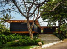 Tropical modern home by Jacobsen Arquitetura