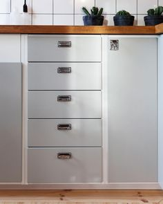 Our retro covers are based on the methods of Ikea. Here in the picture in a warm gray color N .- Our retro covers are based on the methods of Ikea. Here in the picture in warm gray color NCS Kitchen Decor, Decor, Kitchen Interior, Home, Kitchen Credenza, Interior, Dream Kitchen, Kitchen Trends, Kitchen Remodel