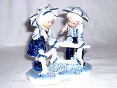 Figurengruppe-Junge-Maedchen-mit-Schirm-blau-handgemalte-Keramikfigur-Holland