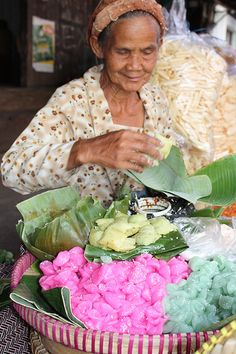 Traditional cakes and delicacies - Sleman, Yogyakarta, Indonesia Street Food Market, Street Vendor, Yogyakarta, Timor Oriental, World Street, Traditional Market, Dutch East Indies, Indonesian Cuisine, People Eating