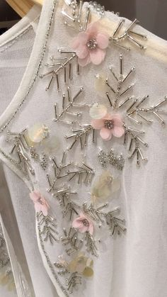 🙆🙆🙆 Hand Embroidery Dress, Hand Embroidery Videos, Bead Embroidery Patterns, Embroidery On Clothes, Couture Embroidery, Bead Embroidery Jewelry, Embroidery Fashion, Hand Embroidery Designs, Ribbon Embroidery