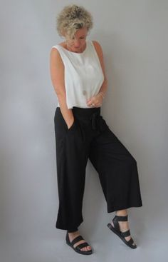 Best Fashion Ideas For Women Over 50 - Fashion Trends Over 50 Womens Fashion, 50 Fashion, Fashion Over 40, Minimal Fashion, Fashion Outfits, Fashion Trends, Fashion Women, Culotte Style, Travel Clothes Women