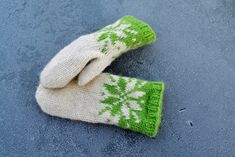 Ravelry: Februarvotter / Februar / February pattern by MaBe Knitted Mittens Pattern, Knit Mittens, Knitting Patterns, Crochet Quilt, Knit Crochet, Crochet Hats, Norwegian Knitting, Ravelry, February
