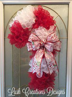 Weihnachtskranz Weihnachtskranz Zuckerstangenkranz Frohe Weihnachten Facebook üppig ...   - Deco mesh - #Deco #Facebook #frohe #Mesh #üppig #Weihnachten #Weihnachtskranz #Zuckerstangenkranz Mesh Ribbon Wreaths, Candy Cane Wreath, Christmas Mesh Wreaths, Christmas Door Decorations, Deco Mesh Wreaths, Candy Canes, Yarn Wreaths, Winter Wreaths, Floral Wreaths