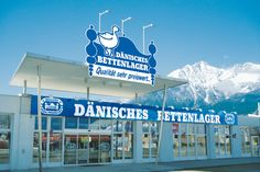 Den 4. april 2000 åbner Dänisches Bettenlager den første butik i Østrig i Vöcklabruck. Kun i Østrig og Tyskland har butikkerne dette navn, men det bliver med tiden ændret til JYSK. Billedet er fra Innsbruck.