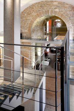 Architecture intérieure maison pierre, Chapelle - Lyon Monts d'Or - Les escaliers métalliques ainsi que les passerelles recevant des dalles de verre feuilleté transparent, mais aussi les garde-corps sont des réalisations d'Escaliers Décors® (www.ed-ei.fr).